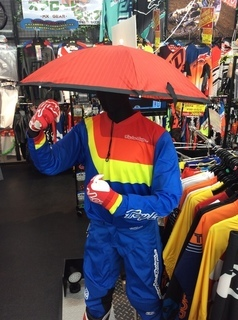 傘?笠?アンブレラ?