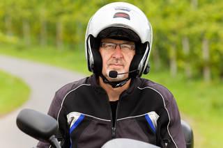 ヘルメットへのインカムの取り付け方法と手順