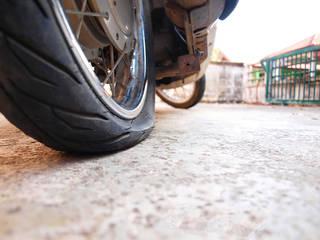 バイクのタイヤが突然パンクしたときの対処法